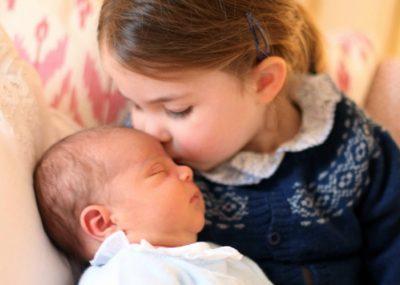 Οι πρώτες φωτογραφίες του πρίγκιπα Λουί και η τρυφερή αγκαλιά της Σάρλοτ